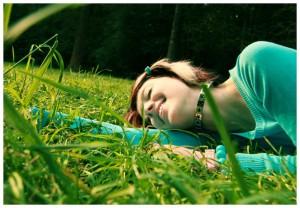 Як чудово полежати на зеленій весняній траві - просто насолода