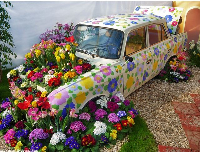 Красивий автомобіль для подорожей життям повинен виглядати так красиво і весело