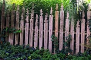 гарний паркан у когось у дворі, деревяний парканчик огорожа