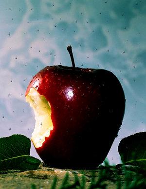 яблуко, надїдене яблоко, надкушене яблуко, яблуко Стіва Джобса, роздуми про смерть і життя