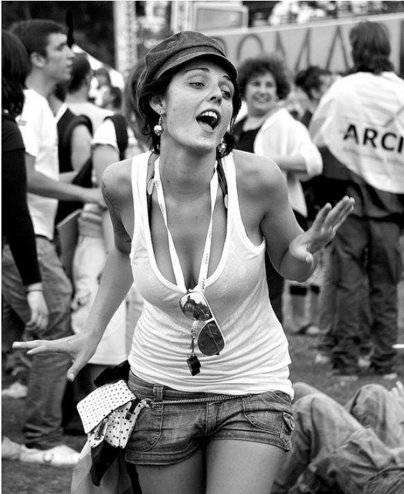 Девушка поет на улице французский