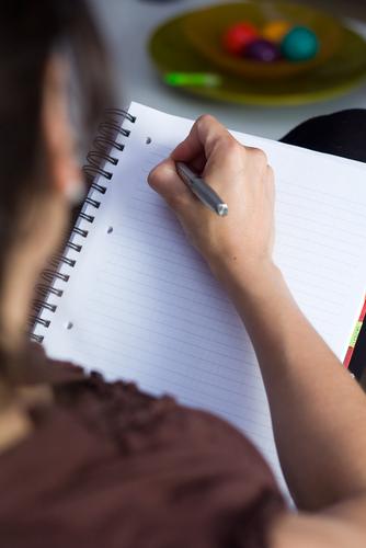 дівчина пише ручкою по білому паперу, роздуми про житя і морозиво, красиві вірші для закоханої пари