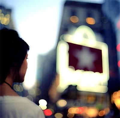 интересное фото девушки, девушка на улице, девушка смотрит на небо, девушка со спины
