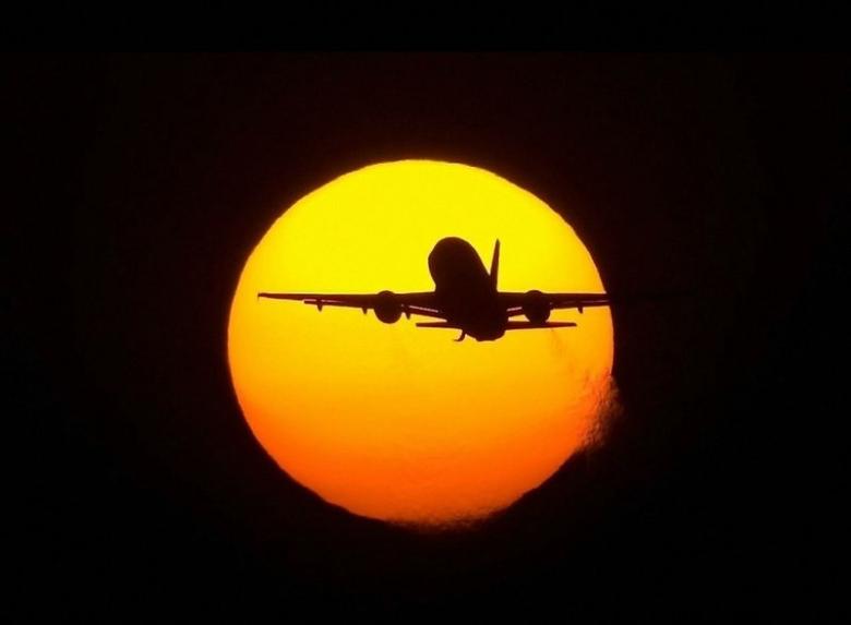 самолет на фоне луны, самолет на фоне заходящего солнца, красивый самалет пейзаж