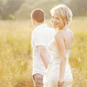 Красивая девушка за руку с парнем, девушка и парень за руку, любимая за руку, счастливая женщина, hand in hand woman man