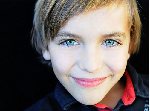 хлопець, серйозний хлопчик, красивий мальчик, гарний хлопчик, красиві очі хлопчик