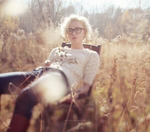 девушка блондинка сидит, оригинальное фото, девушка на стуле