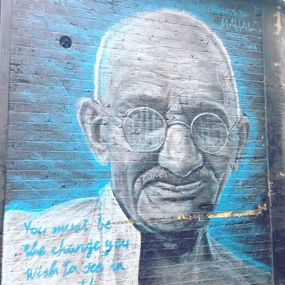 Граффіті Магатми Ґанді із фразою - Ви повинні бути змінами, які ви хочете бачити у світі