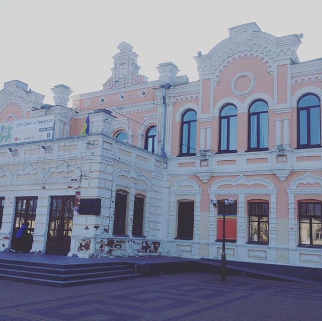 Не дивіться на облуплений фундамент (то все сувора українська зима), краще згадати про майже 90-річну історію Прилуцького міського будинку культури. Будівля прикрашає місто з 1934 року. #прилуки