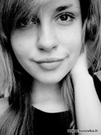 Просто симпатична дівчина із усміхненим поглядом на життя
