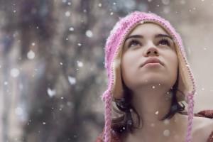 С неба падали маленькие алмазы снега на город, но люди ходили не замечая того