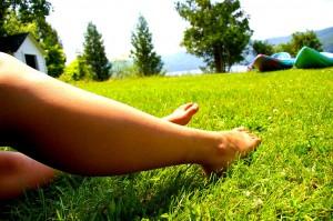 ноги, трава, гарні ноги, зелена трава, legs, green grass, nice woman legs, spring relax