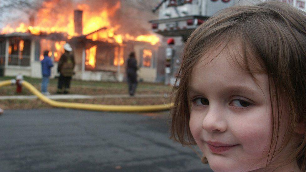 """Інтернет-мем """"Дівчинка-катастрофа"""" був проданий як НФТ за дуже багато грошей. Деталі є на ВВС"""